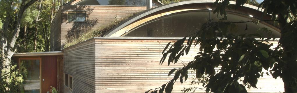 Massivholzhaus mit Tonnendach